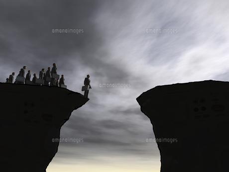 崖の先端に立つビジネスマンその他大勢のイラスト素材 [FYI04635545]
