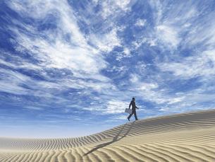 砂丘を超えて行くビジネスマンのイラスト素材 [FYI04635548]