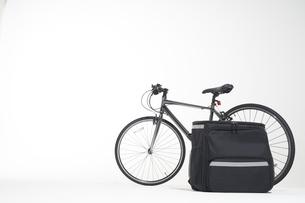 デリバリーのリュックと自転車と白い背景の写真素材 [FYI04635698]