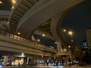 夜の首都高速ジャンクションの写真素材 [FYI04635781]