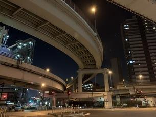 夜の首都高速ジャンクションの写真素材 [FYI04635784]