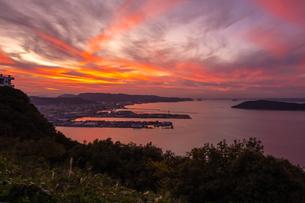 【香川県】屋島から見る高松市街と瀬戸内海の夕暮れの写真素材 [FYI04635794]