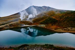 旭岳と姿見の池の写真素材 [FYI04635806]