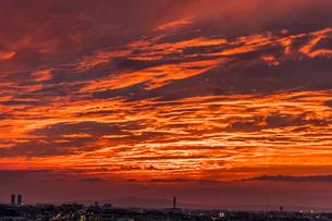 空を覆う雲に照らし出される赤い夕焼けの写真素材 [FYI04636042]
