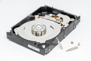 ハードディスクドライブ(HDD)の蓋を開けた中の様子。白い背景。の写真素材 [FYI04636044]