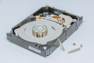 ハードディスクドライブ(HDD)の蓋を開けた中の様子。白い背景。の写真素材 [FYI04636045]
