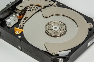 ハードディスクドライブ(HDD)の蓋を開けた中の様子。白い背景。の写真素材 [FYI04636048]