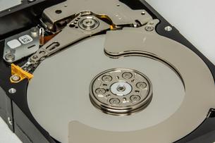 ハードディスクドライブ(HDD)の蓋を開けた中の様子。白い背景。の写真素材 [FYI04636050]