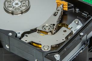 ハードディスクドライブ(HDD)の蓋を開けた中の様子の写真素材 [FYI04636051]
