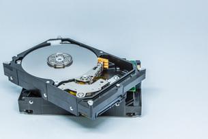 ハードディスクドライブ(HDD)の蓋を開けた中の様子。白い背景。の写真素材 [FYI04636052]