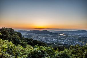 和歌山県紀の川市の百合山から見える和歌山港に沈む夕日。秋、10月。の写真素材 [FYI04636056]