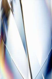 白く透明感の美しい虹色のメタリックなクールなガラス質感のアブストラクトのイラスト素材 [FYI04636069]