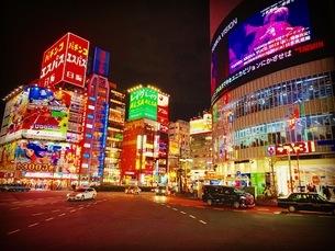 夜の繁華街の写真素材 [FYI04636116]