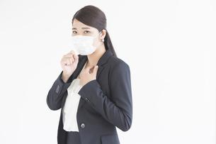 マスク姿のビジネスウーマンの写真素材 [FYI04636212]