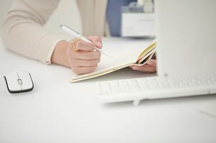 ペンを持つビジネスウーマンの写真素材 [FYI04636235]