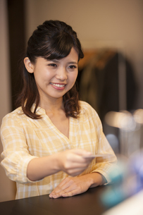 カードを持つ笑顔の女性の写真素材 [FYI04636323]