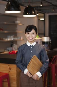 笑顔の女性スタッフの写真素材 [FYI04636324]