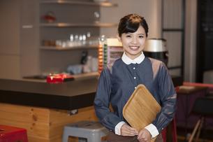 笑顔の女性スタッフの写真素材 [FYI04636325]