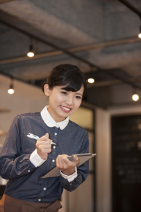 注文を聞く女性スタッフの写真素材 [FYI04636333]