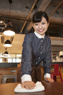 カフェの女性スタッフの写真素材 [FYI04636336]
