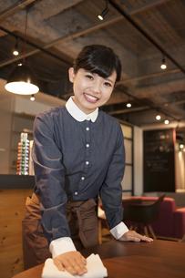 カフェの女性スタッフの写真素材 [FYI04636337]