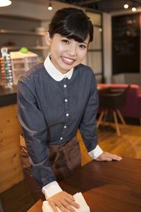 カフェの女性スタッフの写真素材 [FYI04636338]