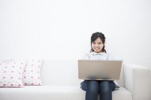 パソコンをする女性の写真素材 [FYI04636370]