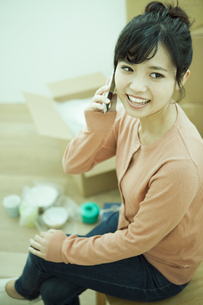 スマホで電話をする女性の写真素材 [FYI04636381]