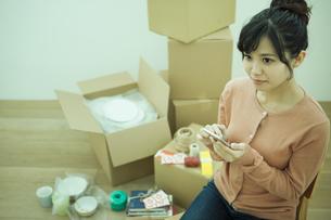 スマホを操作する女性の写真素材 [FYI04636383]