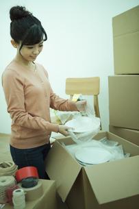 引越し作業をする女性の写真素材 [FYI04636394]
