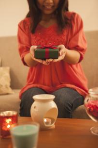プレゼントを持つ女性の写真素材 [FYI04636434]