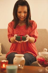 プレゼントを持つ女性の写真素材 [FYI04636435]
