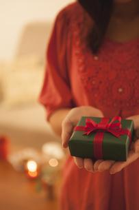 プレゼントを持つ女性の写真素材 [FYI04636436]