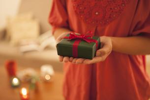 プレゼントを持つ女性の写真素材 [FYI04636437]