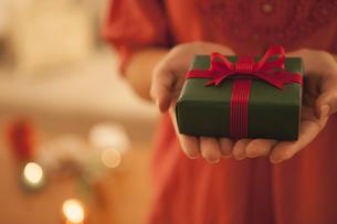プレゼントを持つ女性の写真素材 [FYI04636438]