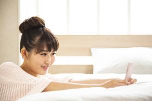 スマートフォンを操作する日本人女性の写真素材 [FYI04636461]