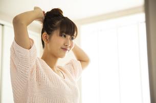 身支度する日本人女性の写真素材 [FYI04636481]