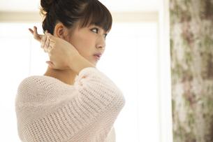 身支度する日本人女性の写真素材 [FYI04636482]