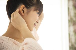 身支度する日本人女性の写真素材 [FYI04636483]