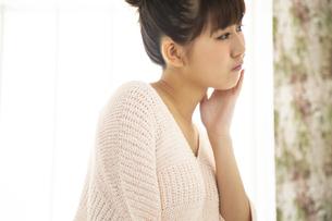 身支度する日本人女性の写真素材 [FYI04636484]