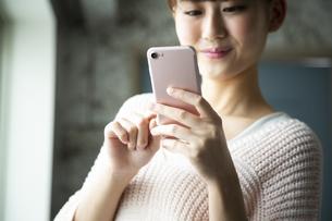 スマートフォンを操作する日本人女性の写真素材 [FYI04636492]