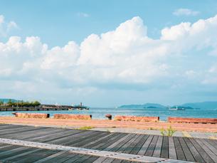 【夏】入道雲が見える香川県の高松港の様子 サンポート高松の写真素材 [FYI04636510]