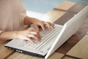 PCを操作する女性の写真素材 [FYI04636512]