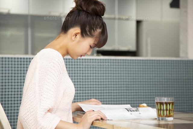 本を読む日本人女性の写真素材 [FYI04636514]