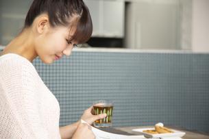 本を読む日本人女性の写真素材 [FYI04636515]