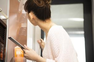 冷蔵庫を開ける日本人女性の写真素材 [FYI04636520]