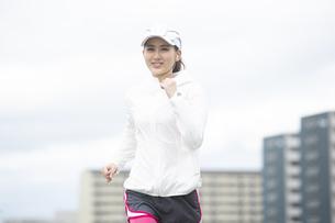 ランニングする日本人女性の写真素材 [FYI04636523]