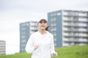 ランニングする日本人女性の写真素材 [FYI04636525]