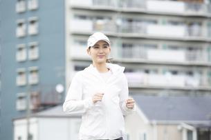 ランニングする日本人女性の写真素材 [FYI04636527]