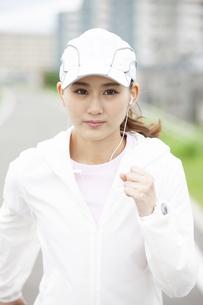 ランニングする日本人女性の写真素材 [FYI04636528]
